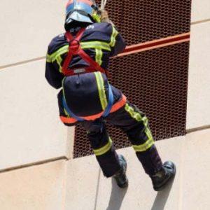 Bombero-con-cuerda-de-emergencia